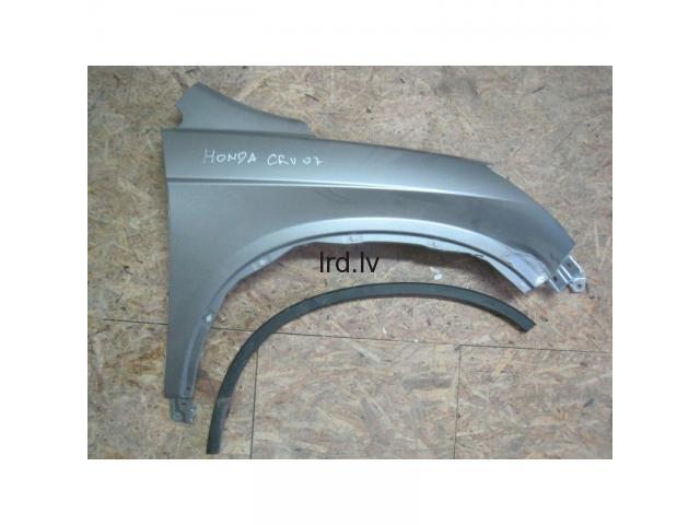 Honda CR-V 06-09 pr. L spārns 60261-SWA-A00ZZ ar defektu
